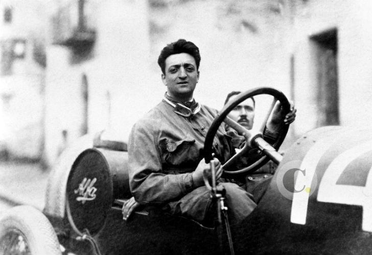 UN joven Enzo Ferrari, probando y corriendo los Alfa Romeo en los años 20