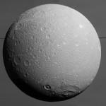 Dione es casi redondo. Foto Nasa