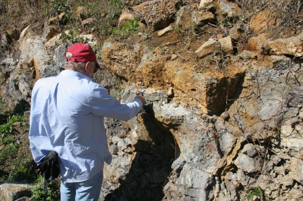 El profesor Ashwal estudia las rocas donde se encontraron los circones. Foto Susan Webb/Wits University