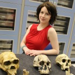 La profesora Shelby con fósiles antiquísimos. Foto University of Iowa