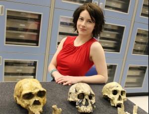 La profesora Shelby con fósiles antiquísimos. Foto University of Iowa