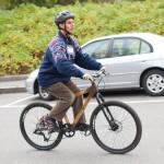Daniel Kish en su bicicleta. Andanco con ecolocalización. Foto Wikipedia/Pop Tech