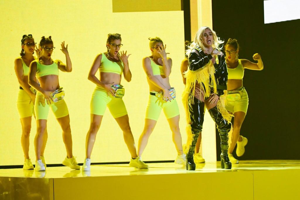 La colombiana también se presentó con su canción Mi cama. FOTO AFP