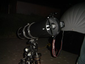 La cámara en el telescopio. Esta, por fortuna, con los accesorios adecuados y muy buenas técnicas de captura de imágenes.