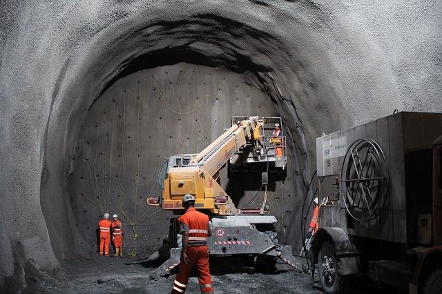 trabajadores en tunel