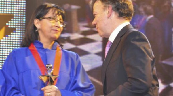 Yolanda López recibiendo el Premio Compartir al Maestro
