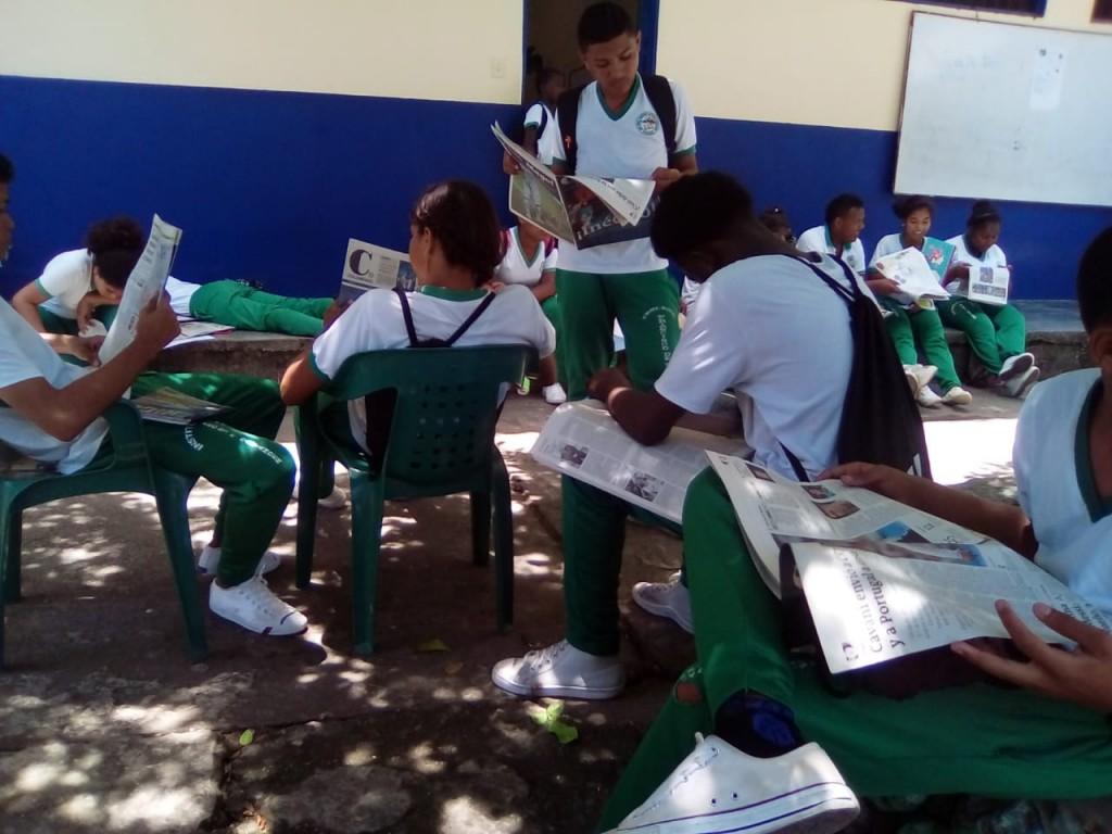 Alumnos de la I.E. Francisco de Paula Santander aprenden sobre la importancia de la prensa para su formación como ciudadanos.