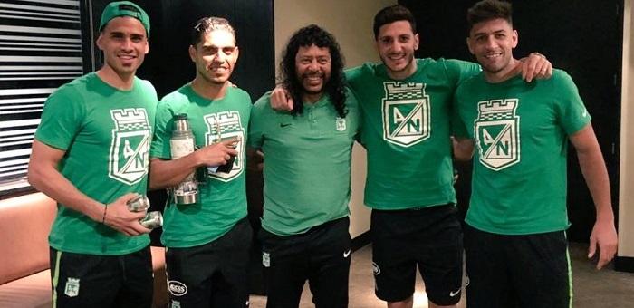 Los cuatro jugadores argentinos de Nacional con la leyenda viviente, René Higuita. Foto fmonetti89