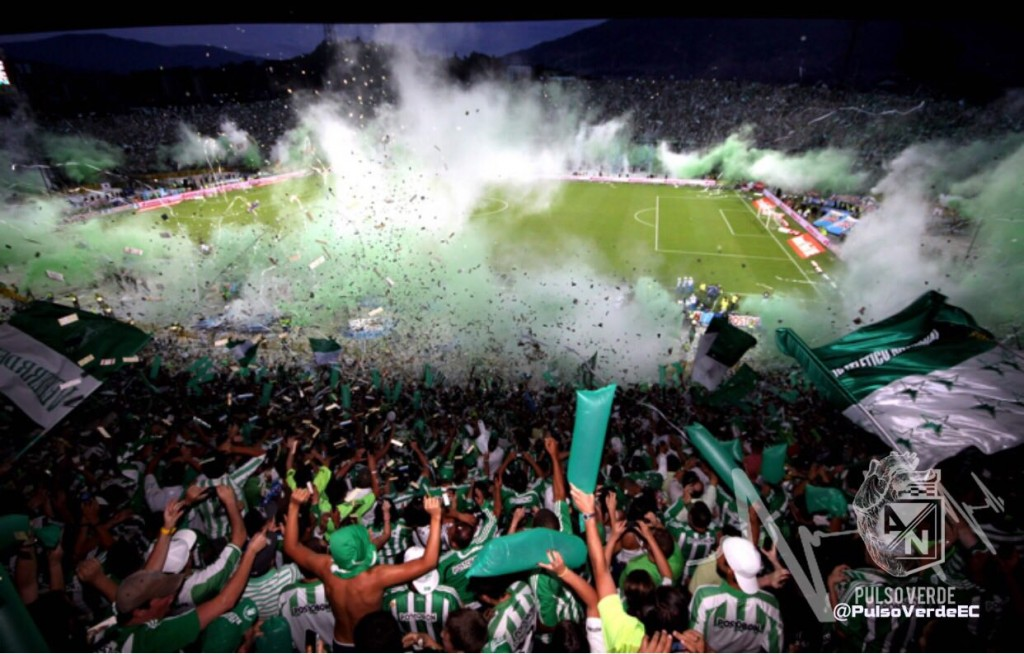 La hinchada es el orgullo más grande que tiene Atlético Nacional en su historia. No importa el lugar del mundo donde juegue, siempre hay una camiseta verde y blanca apoyando. Foto Manuel Saldarriaga-El Colombiano