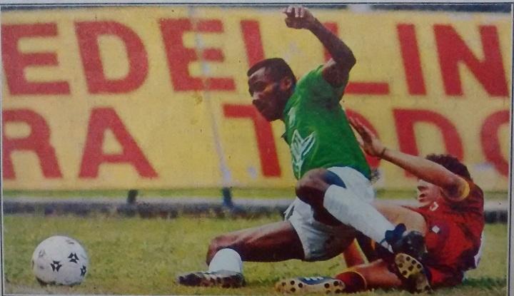 """El debutante """"Miyuca"""" Mosquera disputando la pelota con un contrario. Archivo EL COLOMBIANO."""