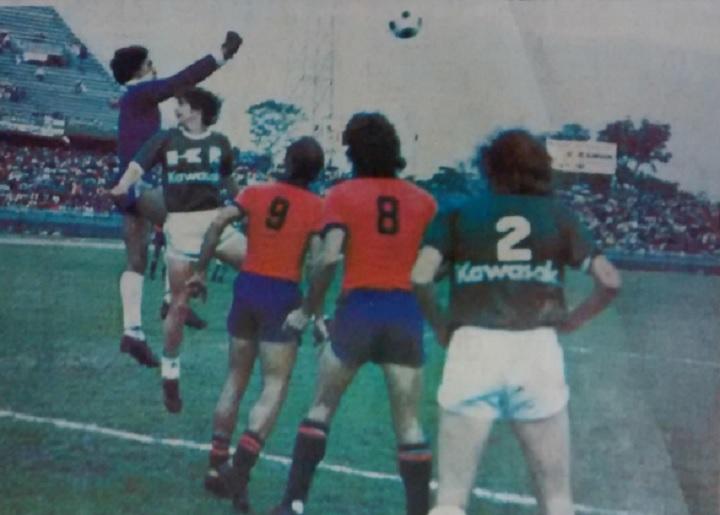 En la imagen, se aprecia la marca Kawasaki, el primer patrocinador que apareció en el uniforme de Atlético Nacional. Archivo EL COLOMBIANO.