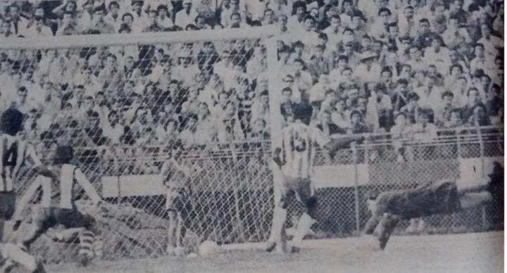 Navarro se estiró para contener un remate de Kretzer, como hubo un balón detrás de las redes, dio la impresión de que se está dentro de la red. Pero el que contuvo el arquero le llegó a sus manos. Archivo: EL COLOMBIANO.