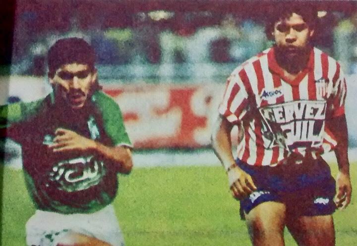 Dos grandes jugadores y compañeros de Selección Colombia frente a frente, de un lado, Víctor Hugo Aristizábal; del otro lado, Iván René Valenciano. Hoy son comentaristas deportivos. Archivo: EL COLOMBIANO.