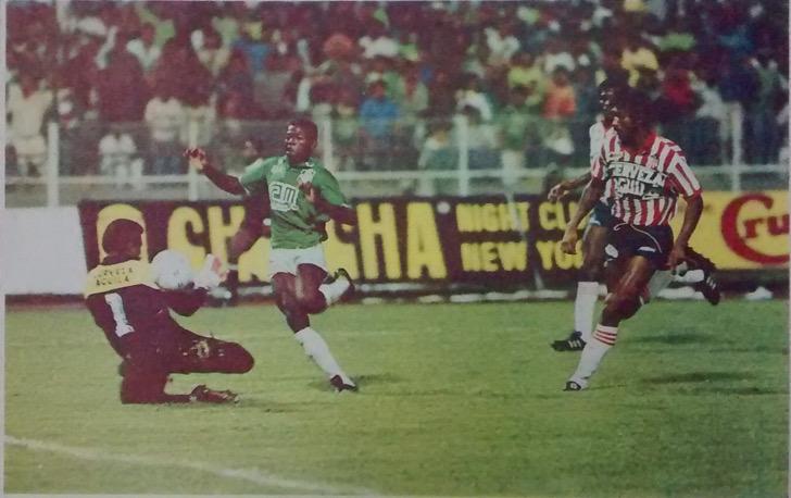 El único gol del partido, Faustino Asprilla y el remate cruzado. El esférico va camino a la red. José María Pazo quedó vencido, un buen partido, en medio de la pierna fuerte. Archivo: EL COLOMBIANO.
