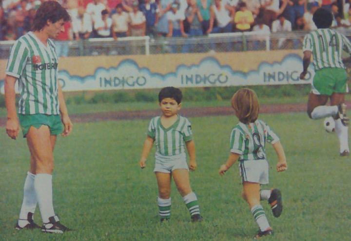 Antes del inicio del juego, Sergio Santín con su hijo, el de cabello rubio, caminando la cancha. Se trata de Sergio Damián, que jugó solamente 10 partidos con Nacional en el segundo semestre de 2010. Archivo: EL COLOMBIANO.