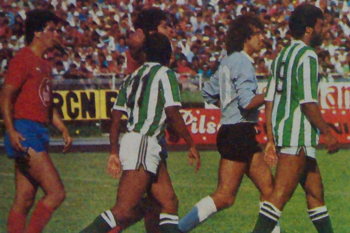 Y caminando hacia un punto en común lo hicieron el uruguayo Yubert Lemos con Iván Darío Castañeda, José Luis Sossa y Sapuca. Fue un clásico en que el Coloso de la 74 no se llenó. Archivo: EL COLOMBIANO.