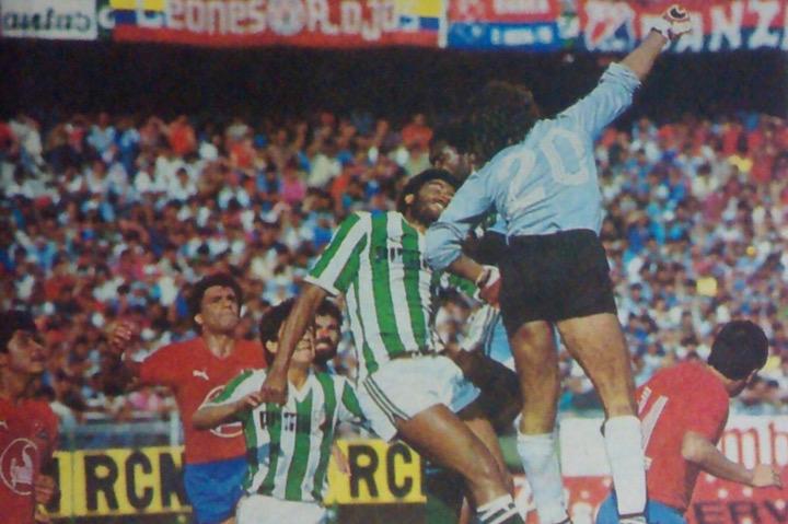 José Luis Sossa despejó un balón en su área, lo respaldó Gildardo Gómez, Bernardo Aristizábal y Rafael Villazán. Le respiraron en la nuca Humberto Sierra y Sapuca en el salto. Archivo: EL COLOMBIANO.