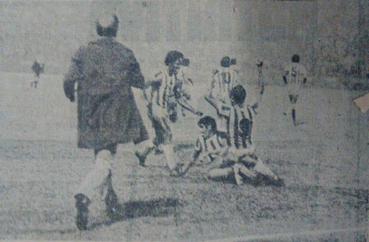 El momento en que el equipo celebra el gol del Moncada en las postrimerías del partido. El DT César López Fretes también celebra con ellos. Archivo: EL COLOMBIANO.