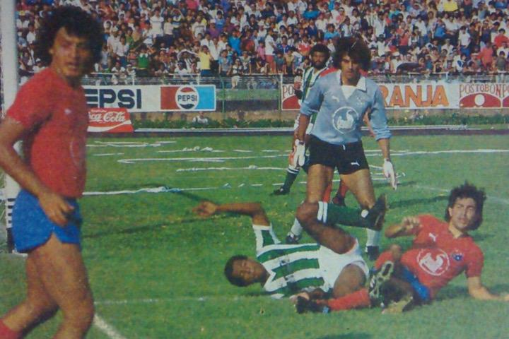 """En el piso estuvo Iván Darío """"Chumi"""" Castañeda junto con un jugador rival, José Luis Sossa los miró detenidamente. Fue un clásico con cuatro goles, tres expulsados, dos penas máximas y un ganador. Archivo: EL COLOMBIANO."""