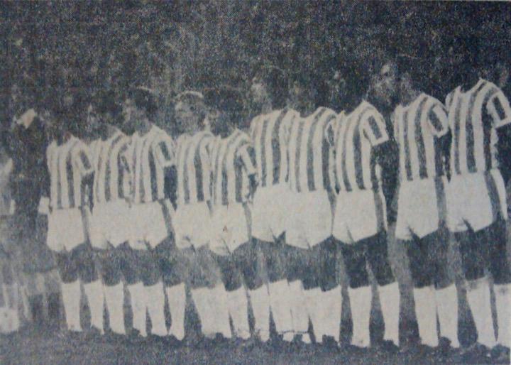 Actos protocolarios del partido que comenzó a las 9:00 p.m., el equipo verdolaga con su uniforme tradicional a rayas. Archivo: EL COLOMBIANO