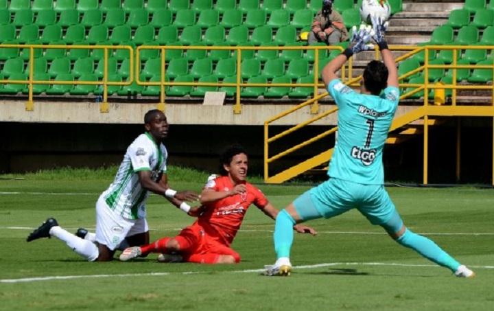 Pese al error en el segundo gol, Aldair Quintana salvó a Nacional de más goles por parte de Patriotas. FOTO DIMAYOR.