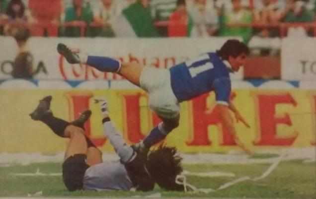 René Higuita disputando un balón con Rubén Darío Hernández en la ida de los Cuartos de Final de la Copa Libertadores 1989. Archivo: EL COLOMBIANO