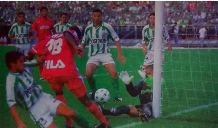 """Una opción que tuvo Jairo Castillo en la final de 1999 el cual Milton Patiño achicó, interviene también Pedro """"Campero"""" Álvarez; observan Samuel Vanegas, Elkin Calle, Dúmar Rueda, Robinson Martínez y Franky Oviedo (AME). Archivo: EL COLOMBIANO."""