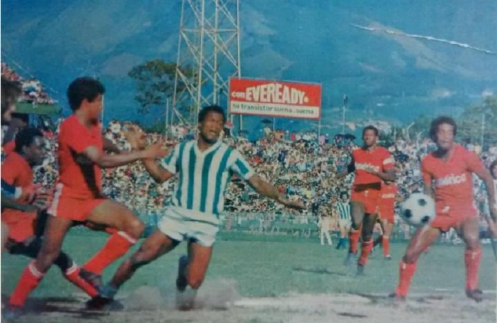 Guillermo La Rosa rodeado de casi medio América, entre ellos Julio Edgar Gaviria y Víctor Lugo. Partido del 24 de junio de 1979. Archivo: El Mundo.