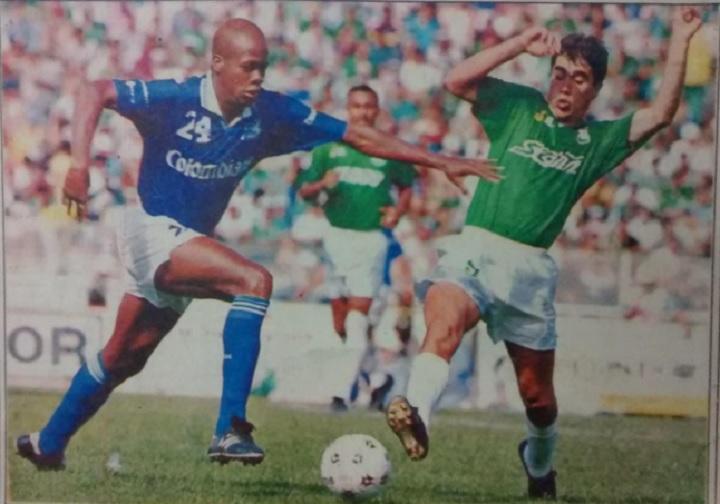 Juan Pablo Ángel disputando el balón con Osman López en 1994. Archivo: EL COLOMBIANO.