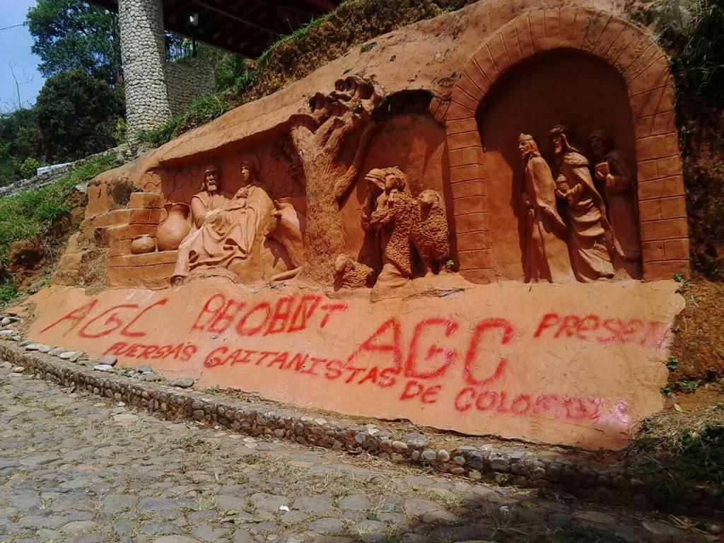 Los delincuentes pintaron grafitis en monumentos, vehículos, fachadas de casas y de locales comerciales. Cortesía.