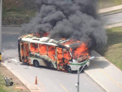 Este fue el bus incinerado en la Loma de los Bernal, en Medellín. Cortesía.