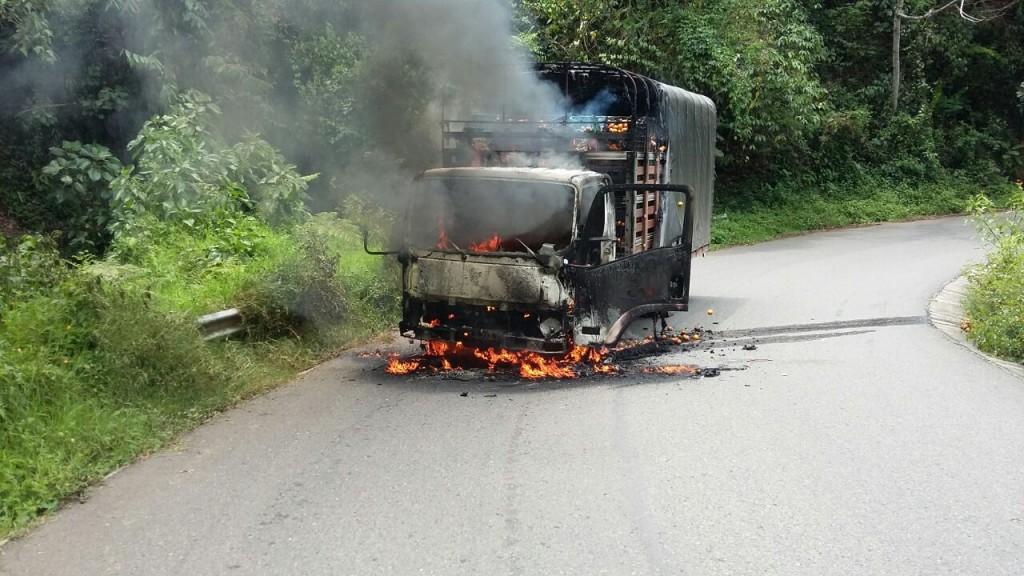 Furgón cargado de frutos, incinerado por la banda en el municipio de Betulia (Antioquia). Cortesía.