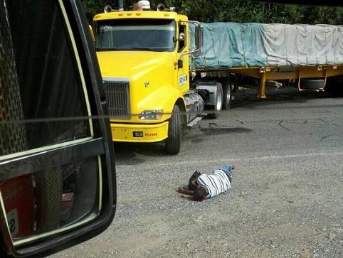 Conductor de tractomula asesinado en Puerto Valdivia (Antioquia), por desobedecer la orden de no trabajar. Cortesía.
