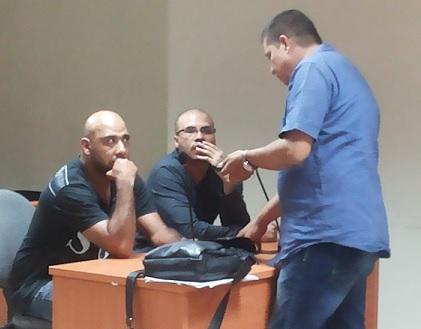 Los capturados Jaider Muñoz y el expolicía Eder Villada (de gafas), durante la audiencia de control de garantías. Cortesía.