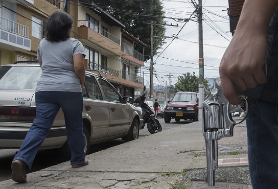 Un miembro del grupo disidente de Córdoba esgrime un arma en el sector Ciudad Central, una de las zonas afectadas por el conflicto de combos. FOTO: Donaldo Zuluaga.
