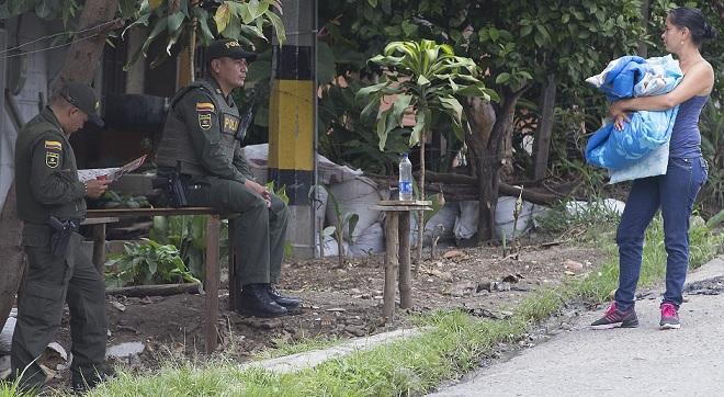 En una de las fronteras invisibles del sector El Hueco de la Candelaria, en el noroccidente de Medellín, debe permanecer una patrulla policial fija. La gente teme que se vaya. Foto: Donaldo Zuluaga.