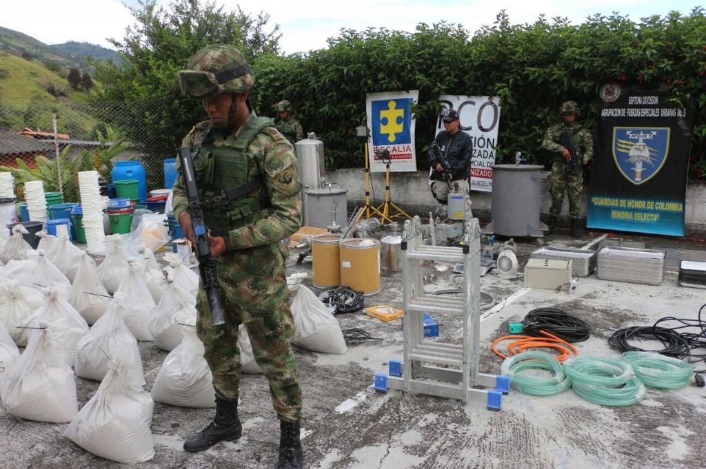En estos costales estaba la cocaína camuflada con estuco, en una finca de la vereda El Zarzal de Copacabana. Según la Embajada del Reino Unido, iba para Europa.  Cortesía de la Cuarta Brigada.