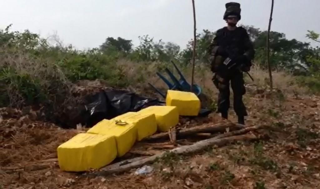 La droga incautada en la Isla Barú estaba en una caleta bajo tierra. Cortesía Dirección Antinarcóticos.