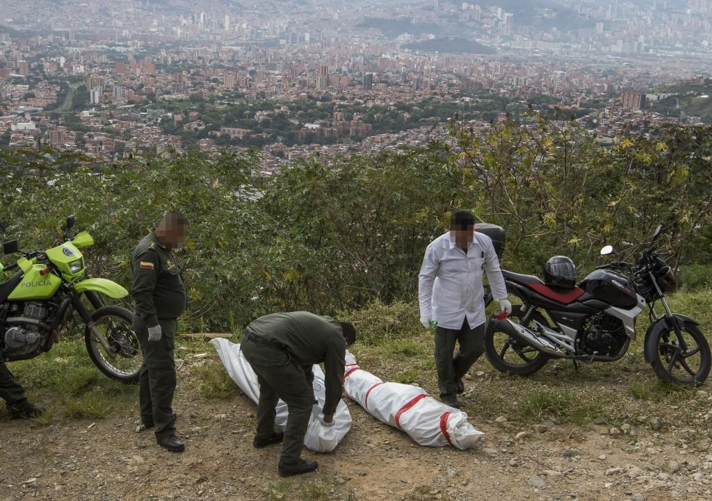 La Sijín de la Policía realizó la inspección técnica a los cadáveres en el sector La Escombrera. FOTO: Róbinson Sáenz.