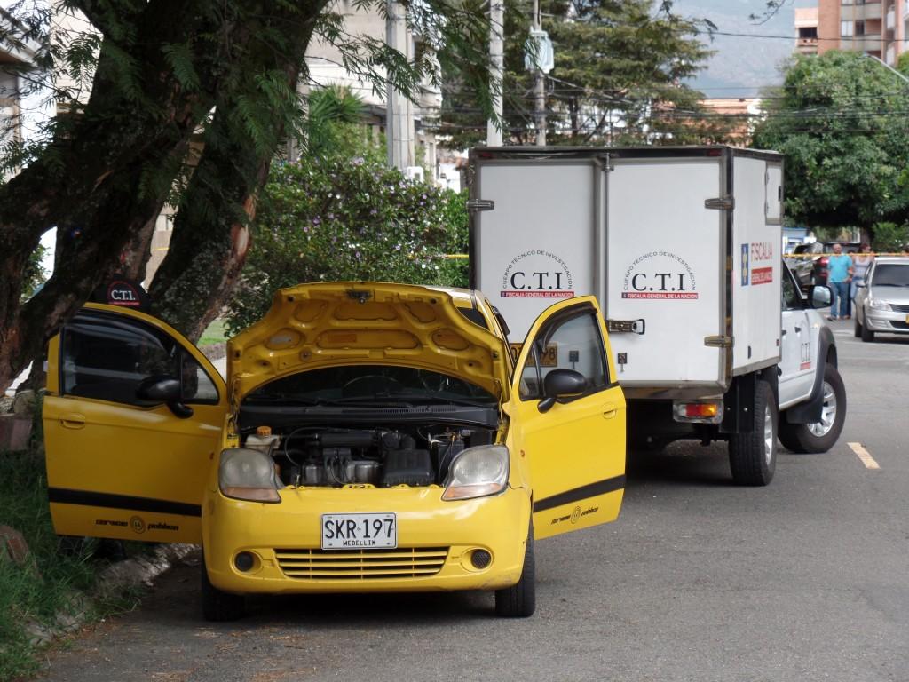 Este es el taxi en el cual fue abandonado el cadáver del ciudadano bogotano.  Foto de Santiago Olivares Tobón.
