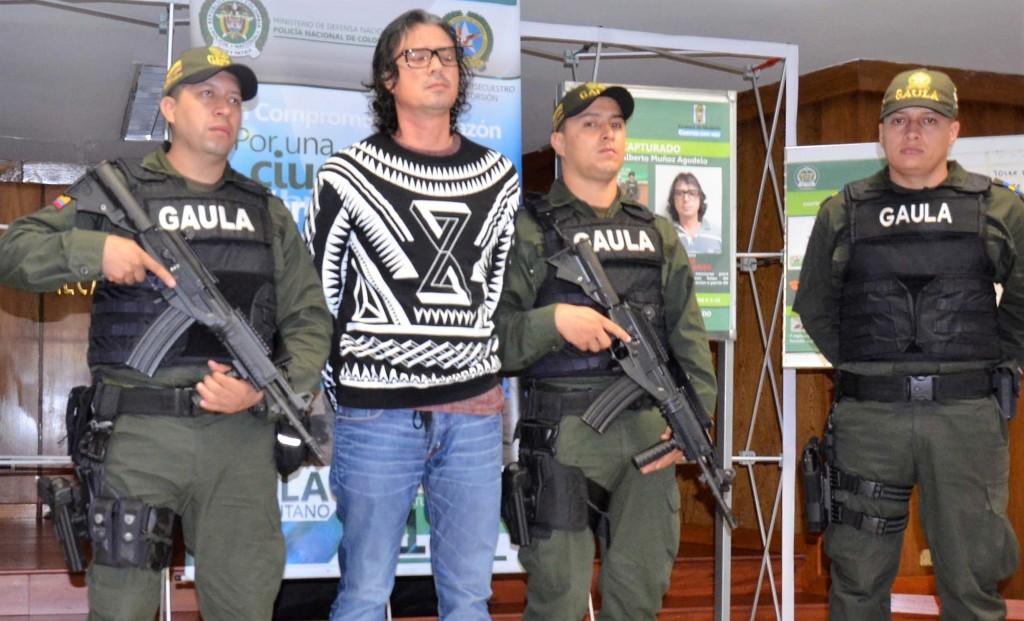 """Así fue presentado alias """"Diego Chamizo"""" en la Alcaldía de Medellín, luego de su captura en Envigado. Foto: cortesía Policía Metropolitana."""