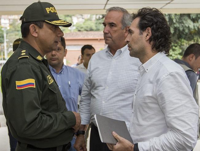 En la imagen, el general Óscar Gómez, comandante de la Policía Metropolitana; el secretario de Seguridad de Medellín, Gustavo Villegas; y el alcalde Federico Gutiérrez. Foto: Róbinson Sáenz.