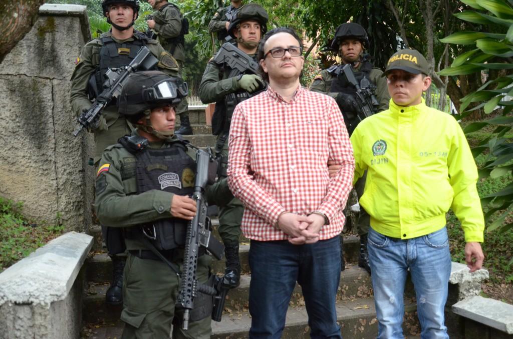 """Tras su captura, Carlos Soto Isaza, alias """"Soto"""", fue transportado en tanqueta por la Policía. Foto cortesía Policía."""