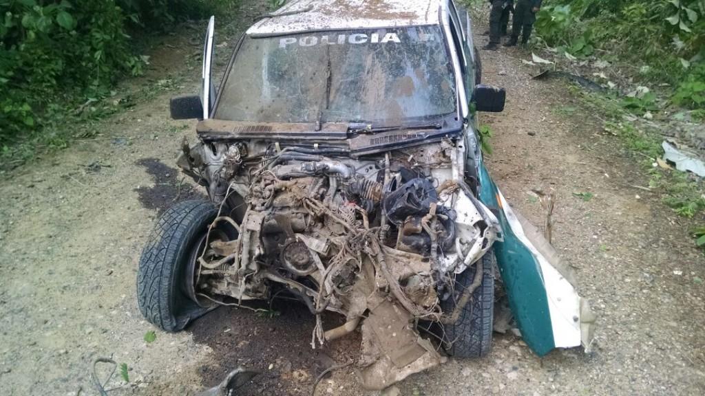 Así quedó la patrulla en la que iban unos policías de la Operación Agamenón, atacados con explosivos en Arboletes (Antioquia), el 13 de mayo; hubo 2 heridos. Foto de cortesía.