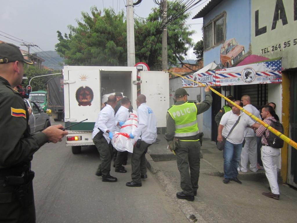 Dentro de este establecimiento del barrio El Volador, en el noroccidente de Medellín, fueron asesinados tres jóvenes, el martes pasado. Los agresores escaparon en una motocicleta. Foto de Andrés Osorio.