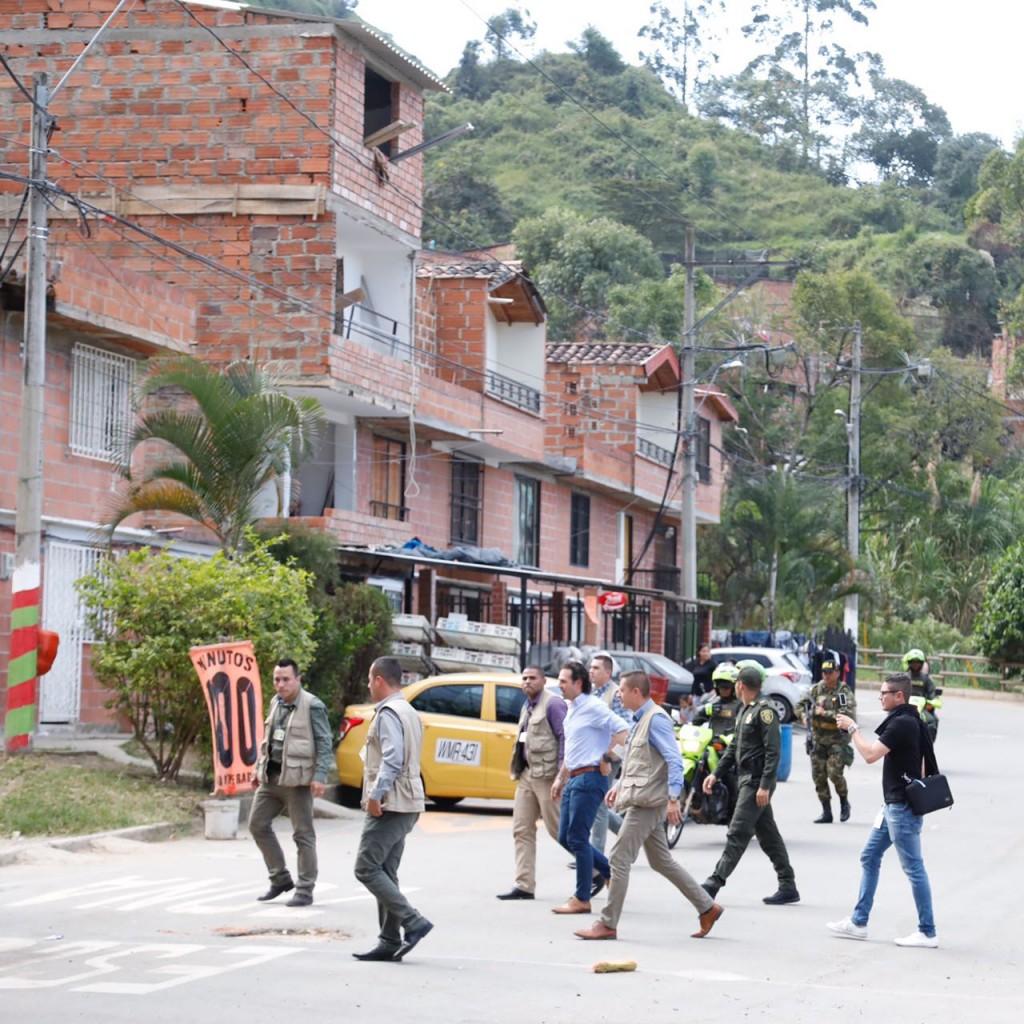 De los tres presuntos planes del crimen organizado para atentar contra Federico Gutiérrez, ninguno ha sido esclarecido por la Fiscalía. El alcalde estuvo este miércoles en Altavista. Foto cortesía de la Alcaldía.