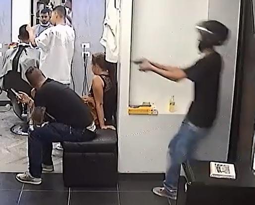 En video quedó registrado el momento en que el sicario atacó por la espalda al cliente de la barbería. Foto de cortesía.