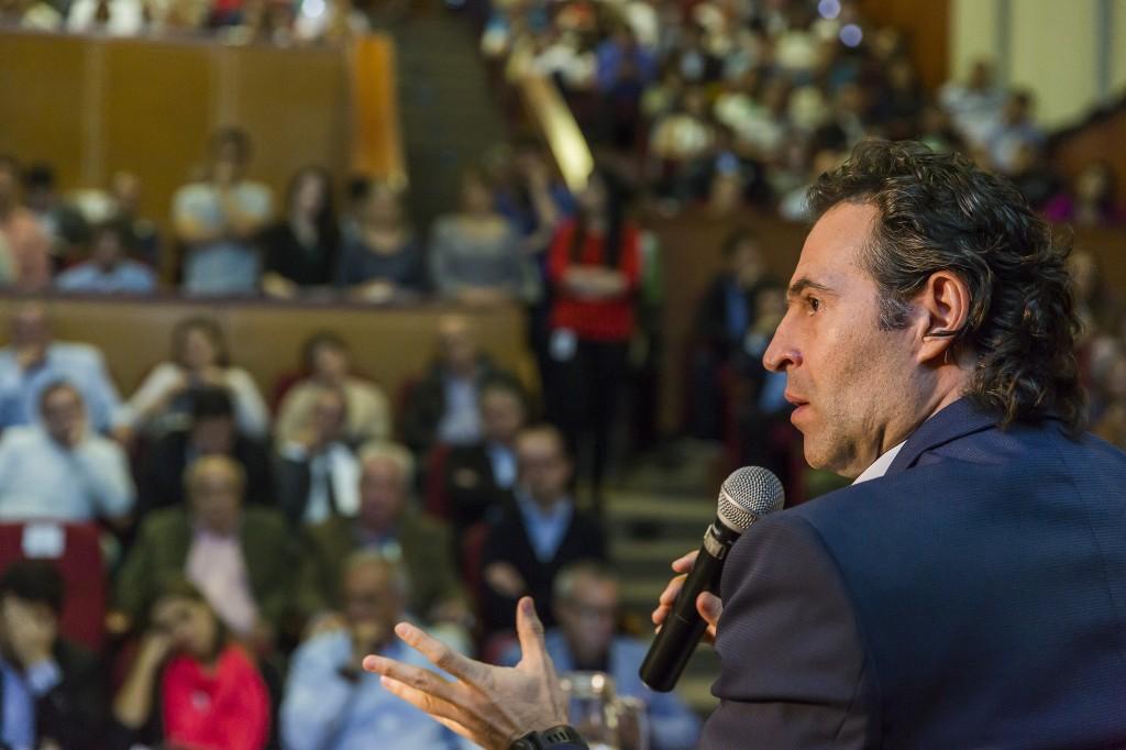Federico Gutiérrez apenas lleva la mitad de su mandato y ya se han detectado tres presuntos planes de atentado.  Foto de Carlos Velásquez.
