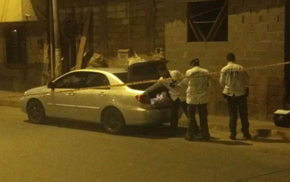 En este carro fueron encontrados los dos cadáveres del barrio Andalucía, en Medellín. Foto de cortesía.