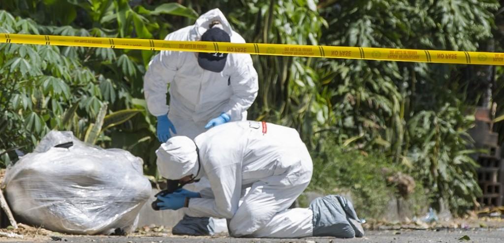 Así fueron embalados los cadáveres por parte de sus asesinos. Este es el doble hallazgo del sector La Iguaná, en Medellín. Foto de Edwin Bustamante.